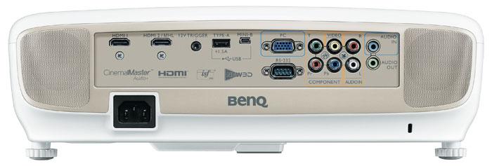 Alles da: Anschlüsse für zwei HDMI-Quellen und komplette analoge Eingänge außer S-Video findet man heute selten. Unter dem Gehäusedeckel des Benq W 2000 versteckt sich ein dritter HDMI-Port für WLAN- oder MHL-Optionen.