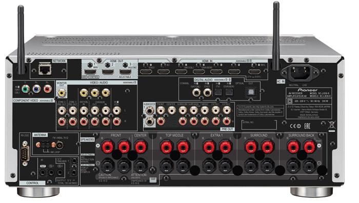 Besonders üppig fällt die Ausgangs-Sektion des Pioneer aus: Er bietet insgesamt elf Lautsprechern Anschluss. Vorverstärker-Ausgänge sind sogar 13 vorhanden. Die beiden Antennen am oberen Rand sorgen für WLAN- und Bluetooth-Verbindungen. Alle HDMI-Anschlüsse sind dank HDCP 2.2 fit für Ultra-HD-Inhalte.