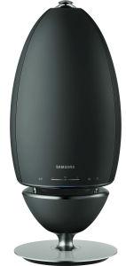 Der WAM7500 von Samsung ist rund 42 Zentimeter hoch und besticht durch seine extravagante Erscheinung. Ausgestattet ist der Lautsprecher mit WLAN und Bluetooth.