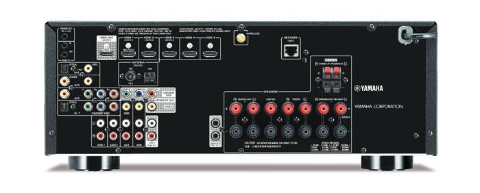 Aufgeräumt: Mit fünf HDMI-Eingängen (plus einer vorn) sowie zahlreichen analogen wie digitalen Anschlüssen ist der Yamaha für die meisten Heimkinos gewappnet. Vorverstärker-Ausgangsbuchsen gibt es nur für zwei Subwoofer und Zone 2, ein Phono-Eingang fehlt. Die aufschraubbare Antenne verbessert die WLAN- und Bluetooth-Reichweite.