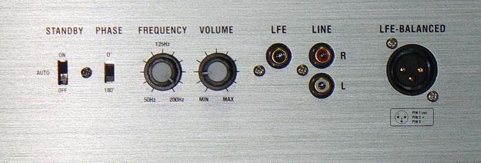 Stufenlos regeln lassen sich beim Orkus-Subwoofer Trennfrequenz und Pegel – die Phase ist nur zwischen 0 Grad und 180 Grad umschaltbar.