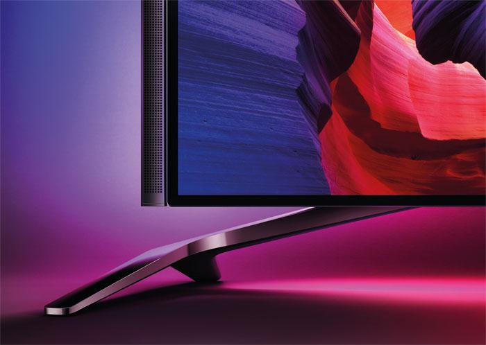 Anziehend: Die Lautsprecher halten magnetisch am TV-Rahmen und werden über ein kurzes Klinkenkabel mit dem 55 PUS 8601 verbunden. Wer ein externes Boxensystem nutzt, kann sie auch weglassen.