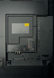 Volles Programm: Panasonic stattet den TX-65 DXW 904 mit allen erforderlichen Anschlüssen aus. Die Wärmeabfuhr übernehmen sechs Lüfter auf der Oberseite.