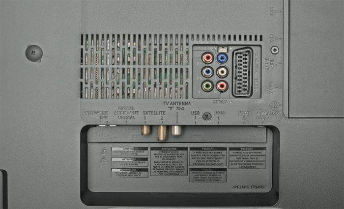 Viele Sehenswürdigkeiten: Neben den Schnittstellen inklusive Doppel-Tuner finden sich auf der Rückseite des Philips 55 PUS 8601 auch zwei Tieftöner sowie ein aus insgesamt 63 LEDs bestehendes, vierseitiges Ambilight.