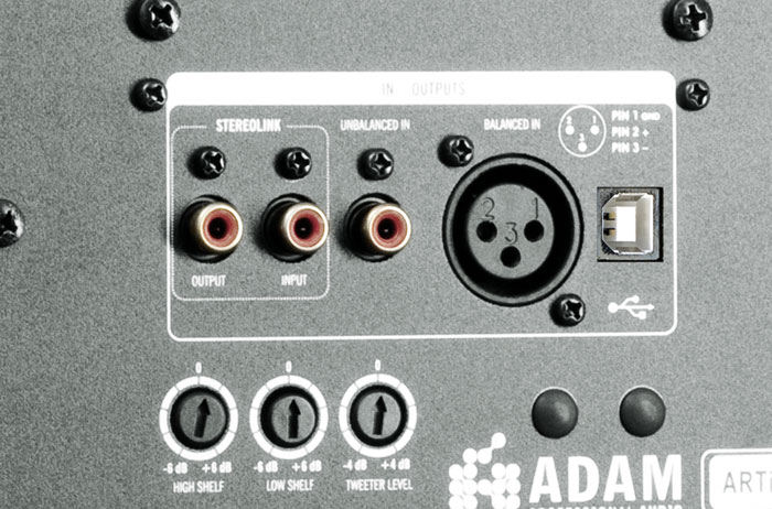 Auf der Rückseite bieten die ADAM-Boxen drei Klangregler, je einen für Bässe und Höhen und einen für den Hochtöner-Gesamtpegel. Der USB-Anschluss ist zur Verbindung mit einem Computer gedacht.