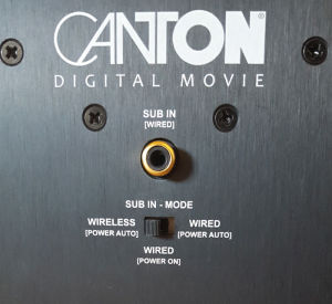 Der Subwoofer des DM 900 kann entweder per Funk oder per Kabel mit der Soundbar verbunden werden.