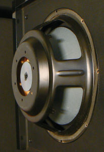 Eines der beiden an den Seiten des Heco-Subs montierten 30-Zentimeter-Chassis verfügt nicht über einen eigenen Antrieb, sondern ist als Passivmembran ausgelegt.