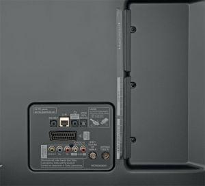Sauber und solide: Das Anschlussfeld des 55 UF 8609 ist übersichtlich, wobei via HDMI keine HDR-Wiedergabe gelingt. Die Rückseite besteht komplett aus Metall.