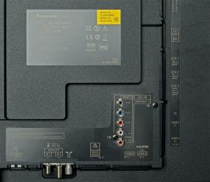 Modernisierungsmaßnahme: Der frühere DisplayPort wurde gestrichen, worüber vier HDMI-2.0-Eingänge hinwegtrösten. Auch sonst stehen alle wichtigen Schnittstellen zur Verfügung. Das Anschlussfeld lässt sich abdecken.