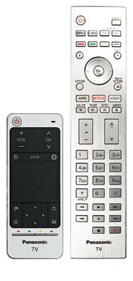 Mittel zum Zweck: Dem DXW 904 liegen zwei Fernbedienungen bei. Während der Touchpad-Controller aus Kunststoff besteht, kommt der große Signalgeber mit edler Alu-Oberfläche daher.