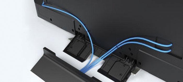 Von vorne unsichtbar: Ganz so elegant wie beim Top-Modell ist das Kabelmanagement des Curved-Fernsehers zwar nicht, jedoch lassen sich die Strippen beispielsweise durch ein Loch in der Tischplatte führen.