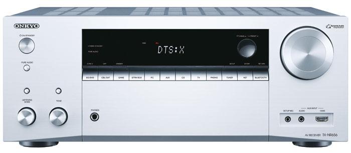 Der in Schwarz und Silber erhältliche TX-NR 656 unterscheidet sich optisch nur durch den HDMI-Eingang vom kleinen Bruder TX-NR 555. Die für beide Modelle identische Fernbedienung hat erheblich weniger Tasten als das Vorjahresmodell.