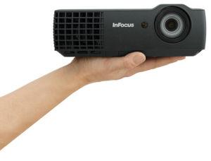 Keine Fotomontage: Den IN 118HD von Infocus kann man dank seiner Minimaße in der Hand halten.