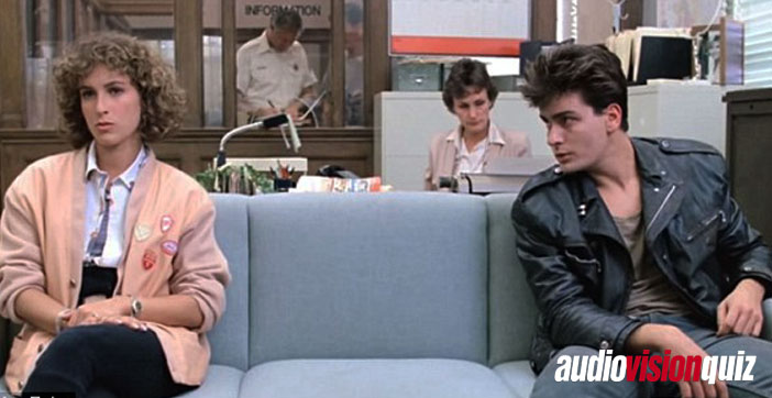 """Charlie Sheen hat eine kleine Nebenrolle in """"Ferris macht blau"""" – als drogiger Typ hängt er im Polizeirevier ab und macht mit Ferris' Schwester rum. Als echter Method Actor hat er sich für die Rolle entsprechend vorbereitet, um authentisch fertig zu wirken. Wie?"""
