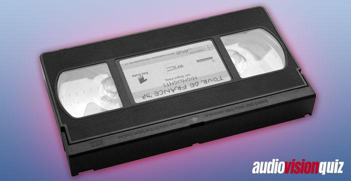 Wir bleiben bei VHS… damals gab es einen regelrechten Formatkrieg zwischen den üblichen Verdächtigen (und wie fast immer in dieser Ära mischten Philips und Sony kräftig mit, wenn auch diesmal nicht erfolgreich). Aber welcher japanische Konzern steckte hinter dem letztlich siegreichen Format VHS?