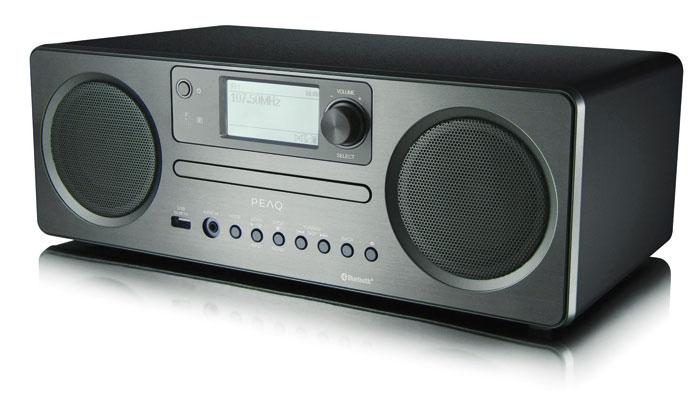 Das Peaq PDR 350BT-B hat neben einem Digitalradiotuner auch einen CD-Player an Bord. Die Steuerung erfolgt über Tasten am Holzgehäuse oder über die Fernbedienung. Ins Internet eingebunden wird der Allrounder per WLAN oder über ein Netzwerkkabel. Zudem wird Bluetooth-Streaming unterstützt.