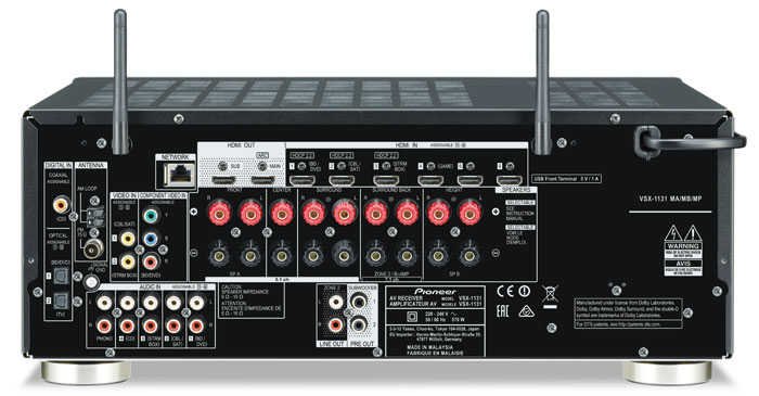 Kontaktfreudig: Mit insgesamt sieben HDMI-2.0-Eingängen (einer vorn) und zwei Ausgängen kommen im Heimkino keine Engpässe auf, jedoch verstehen den HDCP-2.2-Kopierschutz nur drei der Eingänge. Auf Analog-Seite punktet der VSX-1131 mit Phono-, YUV- und FBAS-Eingang. Die Antennen für Bluetooth- und WLAN-Empfang sind fest montiert.