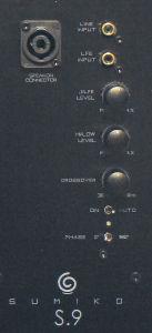 Die beiden Cinch- eingänge – einer ungefiltert für den LFE im Heimkino, der andere mit Tiefpassfilter für die Integration in ein Stereo-System – besitzen eigene Pegelregler. Den Hochpegel-Eingang realisiert Sumiko mit einer Speakon-Buchse aus dem Profibereich.
