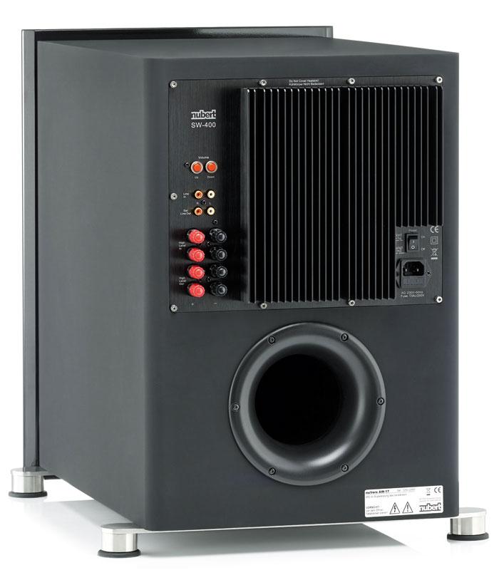 Dank mitgelieferter Fernbedienung benötigt der Nubert-Sub keinerlei Bedienungselemente auf seiner Rückseite. Zur Sicherheit hat der Hersteller dennoch zumindest eine Lautstärkeregelung per Tasten integriert.
