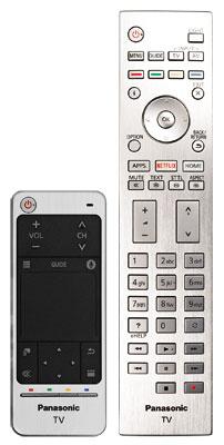 Edles Alu-Finish: Die Hauptfernbedienung wirkt sehr hochwertig und verfügt sogar über eine dezente Tastenbeleuchtung. Zum Lieferumfang gehört auch der kompakte Touchpad-Controller.