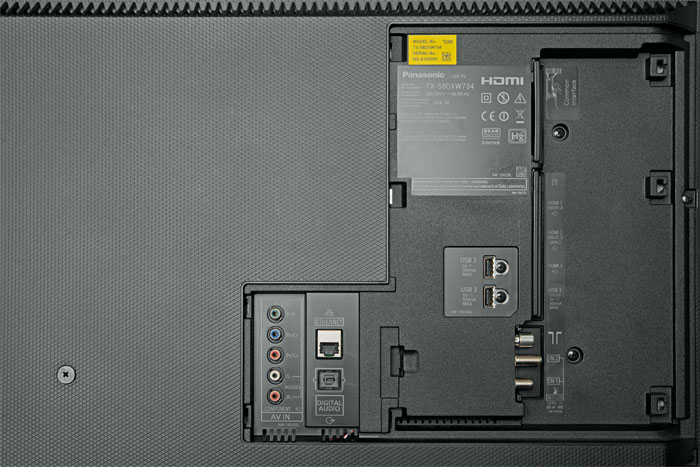 Das abdeckbare Anschlussfeld beherbergt neben der doppelten TV-Empfangseinheit auch zwei CI+ Slots. Den fehlenden vierten HDMI-Eingang kann man deshalb gut verschmerzen; allerdings sind nur zwei davon HDR-fähig.