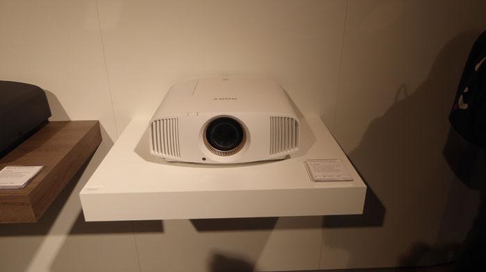 Sony hatte seinen neuen 4K-Projektor VPL-VW550ES mit nach Berlin gebracht. Das gute Stück kommt für 10.000 Euro im Oktober in den Handel und wir werden es frühstmöglich testen.
