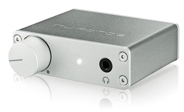 Der nuForce uDAC5 von Optoma wird über einen Drehregler bedient und wiegt gerade mal 100 Gramm. An der Frontseite sitzt ein Kopfhörerausgang.