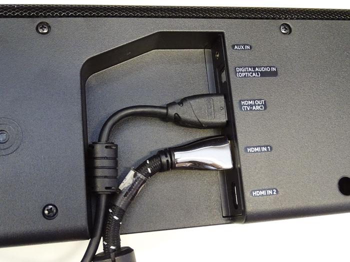 Die Anschlüsse befinden sich an der Unterseite: Zu einer 3,5-mm-Klinken- und einer Toslink-Buchse gesellen sich zwei HDMI-Eingänge sowie ein HDMI-Ausgang.
