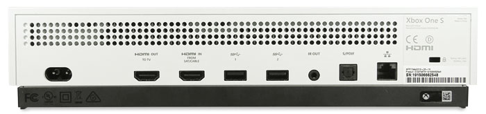 Digitale Anschlussvielfalt: Die Xbox One S-Konsole verfügt neben einem HDMI-Ausgang auch über einen HDMI-Eingang zum Durchschleifen externer Quellen, z.B. von einem Sat-Receiver. Zur digitalen Tonübertragung gibt es einen S/PDIF-Ausgang, analoge AV-Schnittstellen bietet die Konsole dagegen nicht. Die zahlreichen Lüftungsöffnungen zeugen vom massiven Wärmeabtransport des Lüfters, der hörbar rotiert.