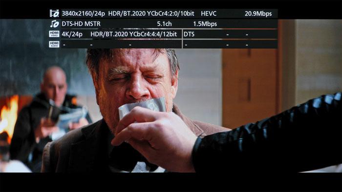 Der UB704 informiert sowohl über die auf der Disc verwendeten Audio- und Videocodecs inklusive der Bitraten (Zeile 1 und 2) als auch darüber, welche AV-Signale per HDMI ausgegeben werden (Zeile 3 und 4) .