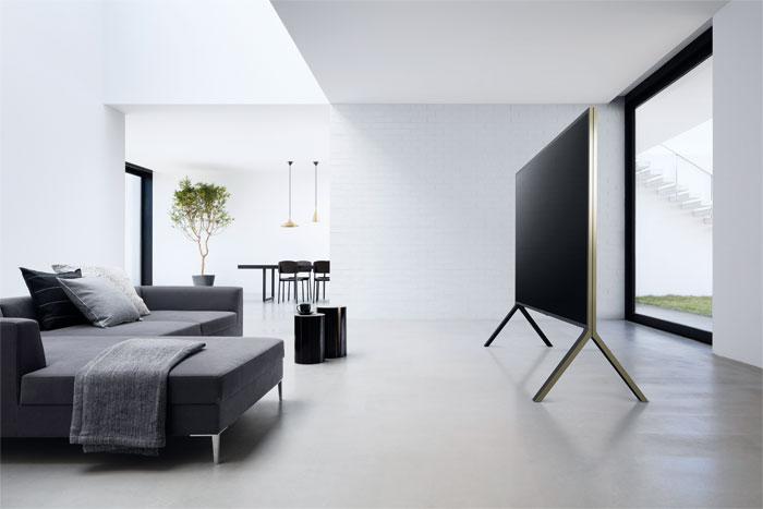 Fest auf dem Boden: Die ZD9-Fernseher sind in 65, 75 und 100 Zoll verfügbar. Der 253 Zentimeter große Bildschirm des Top-Modells wiegt über 100 Kilogramm und thront auf zwei weit außen montierten Standfüßen.