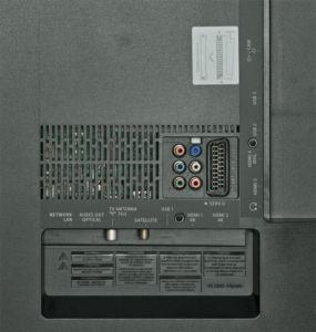 UHD-Videos mit mehr als 30 Hertz nehmen nur die HDMI-Eingänge 1 und 2 entgegen. Dank Scart und Co. finden auch alte Zuspieler wie VHS-Recorder Anschluss. Rechts im Bild ist ein Teil des Ambilights zu sehen.