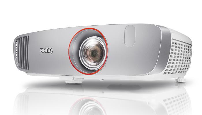 Der BenQ W1210ST Kurzdistanz-Projektor ist aufgrund seines geringen Input-Lags vor allem Gamer interessant