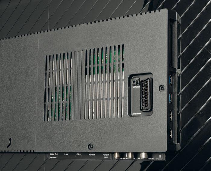 Schick eingerahmt: Grundig hat dem Immensa-TV alle wichtigen Schnittstellen spendiert. Hier findet sich sogar ein Twin-Tuner inklusive CI+ Doppelslot und Sat-IP-Client.