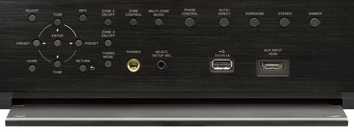 Unter der Frontklappe des Pioneer SC-LX901 findet man sämtliche Tasten für die Bedienung des Geräts. An vorderen Eingängen gibt es USB, HDMI, Kopfhörer und die Einmess-Mikrobuchse.
