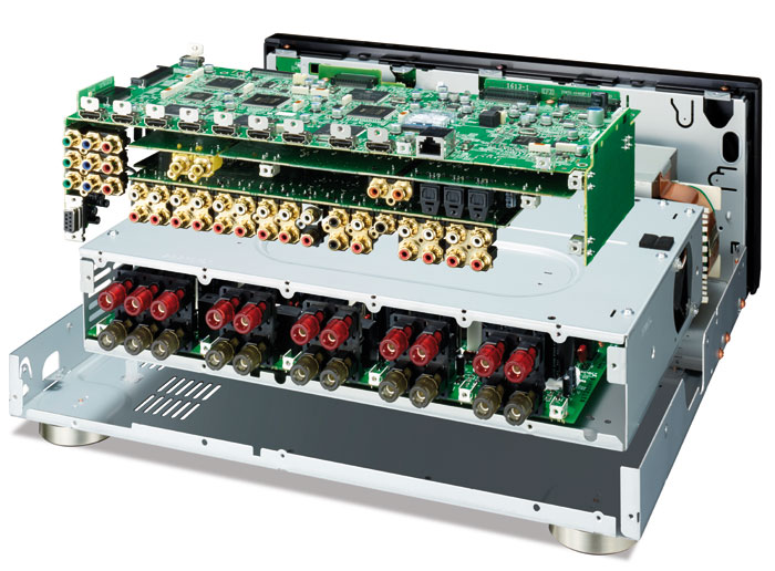 Die Bildmontage zeigt den Aufbau: Ganz unten sitzt die gekapselte Endstufensektion, darüber sind die Audioplatinen platziert. Oben ruhat das Digitalboard mit den AV-DSPs.