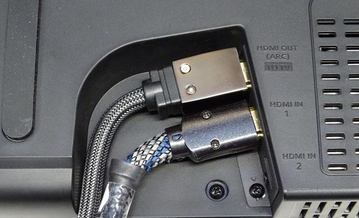 Knapp bemessen: Dicke und steife HDMI-Kabel passen nur mit unschönem Knick in die enge Aussparung der Terminals auf der Gehäuseunterseite der Fidelio B8.