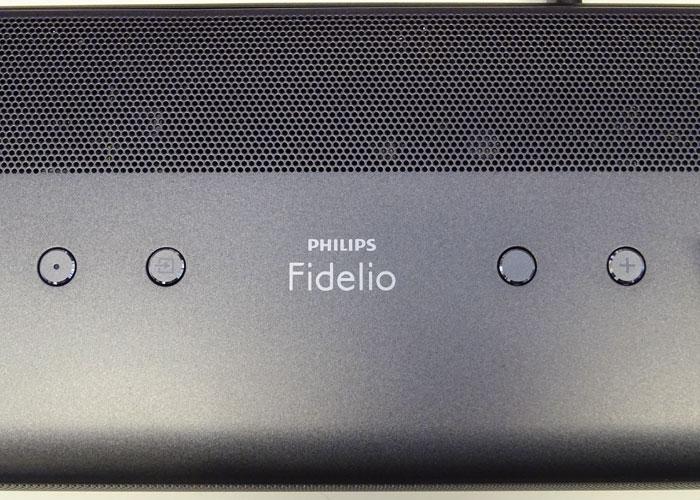 Draufblick: Am Gehäuse der Fidelio B8-Soundbar findet man nur vier Tasten: Ein/Aus, Quellenwahl und zwei Regler für die Lautstärke.