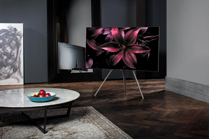 Neben verschiedenen Standfüßen hat Samsung auch ein neues Wandhalterungs-Konzept erstellt mit dem die TVs fast nahtlos ohne Abstand zur Wand angebracht werden können.