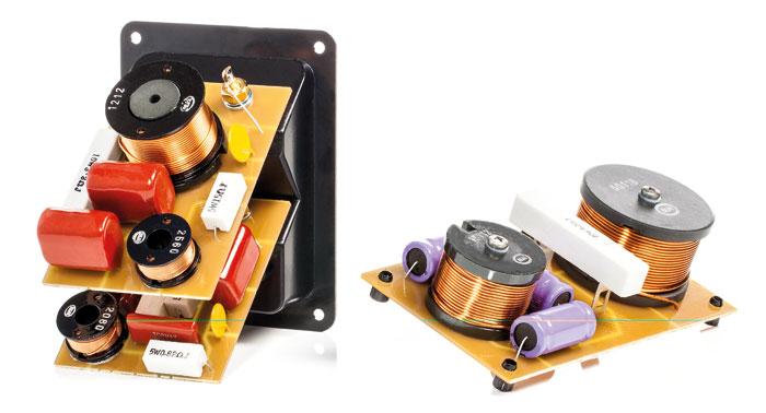 Die Weiche der nuBox 513 ist auf drei Platinen verteilt. Die für den Bass (rechts) wird an der Gehäuserückwand befestigt und enthält als einzige Elkos (die runden, violetten Bauteile). Die Platinen für Mittel- und Hochtonbereich sind direkt auf dem Anschlussterminal montiert und halten so die Kabelwege kurz. Bei ihnen verwendet Nubert hochwertige Folienkondensatoren (die viereckigen roten Bauteile).