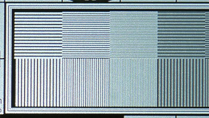 Schwer zu fotografieren: Unser UHD-Testbild enthält Linienpaare in nativer Auflösung. Das Muster löst der V9800 dank Shifting-Technologie tatsächlich auf, selbst wenn es recht flau erscheint und leicht flimmert.