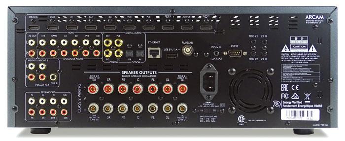 Gut bestückt: Der Arcam bietet mit 7 HDMI-Ein- und 3 HDMI-Ausgängen sowie 4 Koax- und 2 Toslink-Buchsen Digitalanschlüsse in Hülle und Fülle. Auf analoge Videoeingänge verzichtet er. Zu den 7 Boxenterminals gesellen sich 11.2-Pre-outs für 7.2.4-Setups mit Dolby Atmos und DTS:X. Eine Seltenheit ist der DAB-Anschluss.
