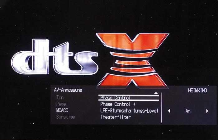 """Die """"AV Adjust""""-Taste führt ins Schnellmenü, in dem man auch die """"Phase""""-Schaltungen zur Gruppenlaufzeit und die Bass-Phase der Boxen aktiviert."""