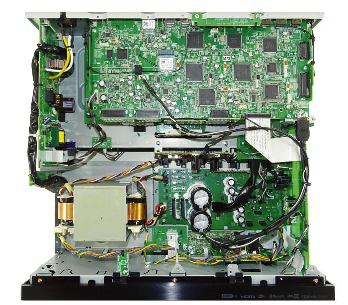 Unter der Haube des SC-LX701 geht es geordnet zu: Die 9 Digital-Endstufen residieren in einem gekapselten Käfig im hinteren Teil des Gehäuses; Kühlkörper werden nicht benötigt. Die AV-Platinen sind übereinander gestapelt: Oben sitzt die Digitalsektion samt DSP-Chips, darunter die Analog-Sektion mit ihren Audio- und Videoschnittstellen.