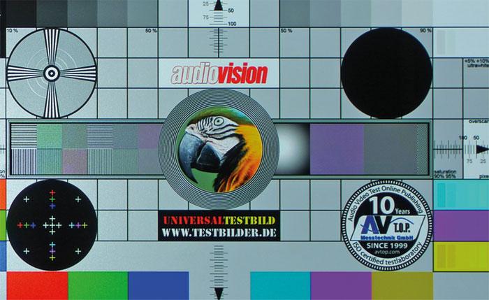 Ultra-HD-Testbildmuster zeigt der Sony aufgrund der Drei-Chip-Technik dunkler sowie leicht eingefärbt. Direkt vor der Leinwand werden die Linien aber klar aufgelöst.