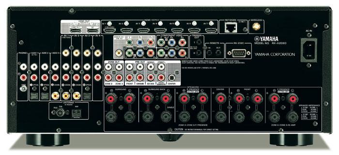 Der Yamaha RX-A2060 bietet 11 Lautsprecherterminals, maximal 9 davon sind zeitgleich aktiv. Neben 7.2-Vorverstärkerausgängen sind Pre-outs für Hörzone 2 und 3 an Bord. Die vielen digitalen wie analogen AV-Eingänge samt Phono lassen keine Engpässe aufkommen. Für WLAN und Bluetooth sorgt eine aufschraubbare Antenne.