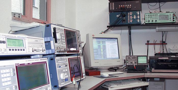 Bei uns lernen Sie nicht nur die Grundbegriffe des Journalismus, sondern dürfen auch in unser Messlabor reinschnuppern und werden so mit den technischen Hintergründen der Tests vertraut.