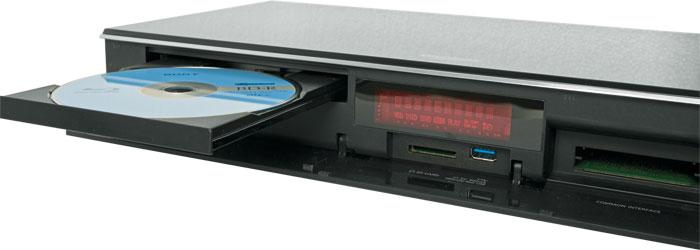 Multitalent: Der DMR-UBS90 spielt Ultra-HD-Scheiben ab oder brennt Videos auf Rohlinge. Neben dem SD-Slot und USB 3.0 stehen zwei CI+ Schächte für Pay-TV bereit.
