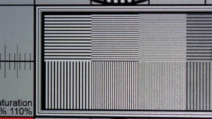 Ultra-HD-Linienmuster: Native Linienpaare des Testbilds erscheinen zwar etwas flau und flimmern leicht, doch der gute Kontrast ohne Farbsäume beeindruckt.