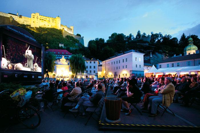 In Salzburg wurden die bekannten Festspiele auf einem LED-Großbildschirm übertragen.